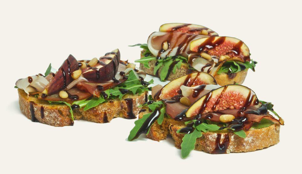 chlebíček so schwarzwaldskou šunkou a figami