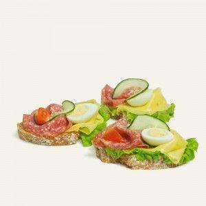 chlebíček-s-malokarpatskou-salámou-a-syrom-nahlad