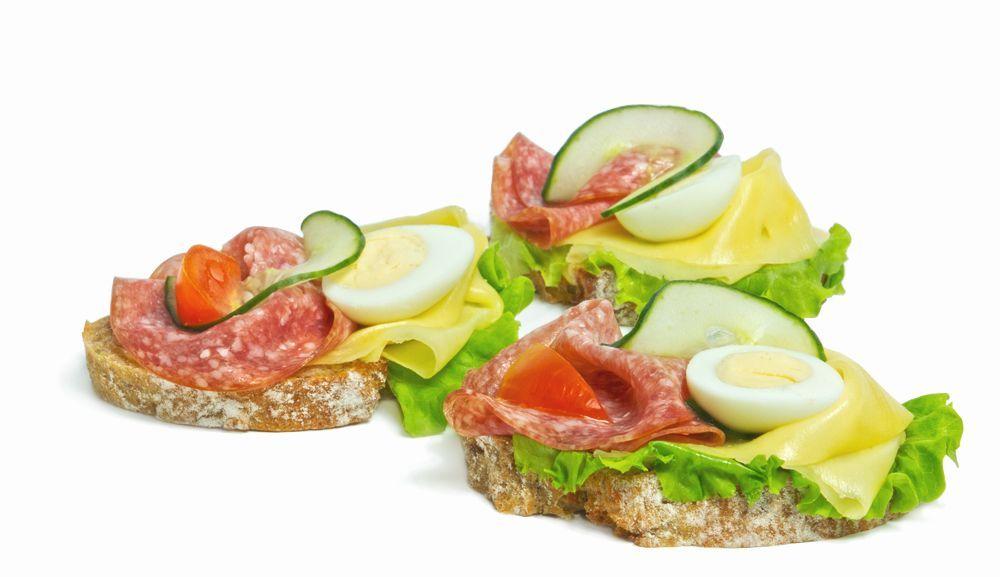 chlebíček s malokarpatskou salámou a syrom