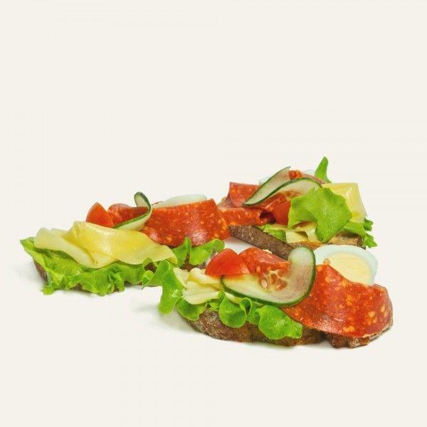 chlebíček-s-pikantnou-salámou-a-syrom-nahlad