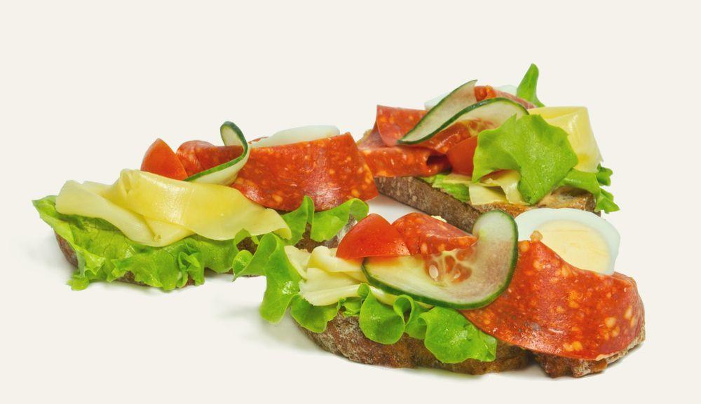 chlebíček s pikantnou salámou a syrom